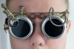 Een mens in beschermende brillen, steampunk stijl, sluit omhoog royalty-vrije stock afbeeldingen