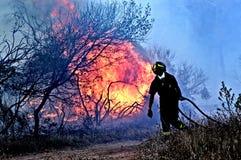 Een mens bestrijdt de brand