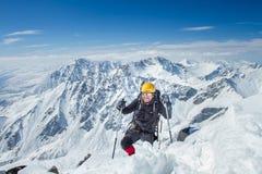 Een mens bevindt zich bovenop een berg royalty-vrije stock foto