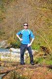 Een mens bevindt zich in het bos op de rivierbank Sotchi, Rusland Royalty-vrije Stock Fotografie