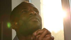 Een mens bidt aan God bij zonsondergang stock videobeelden