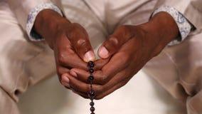 Een mens bidt aan God en raakt rozentuin stock footage