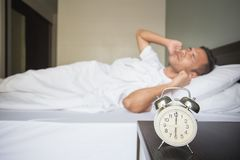 Een mens bij bed royalty-vrije stock foto's