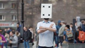 Een mens bij een verzameling met een veranderlijke emotie op zijn hoofd die zijn handen 4k golven stock footage