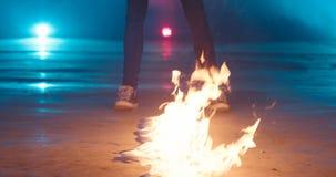 Een mens brandt een weg van benzine 4k, langzame motie, brandovergang stock video