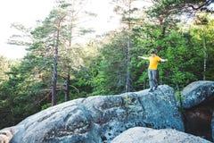 Een mens brengt op een steen in evenwicht stock foto