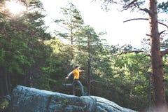 Een mens brengt op een steen in evenwicht stock afbeelding