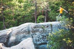 Een mens brengt op een steen in evenwicht royalty-vrije stock afbeeldingen