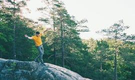 Een mens brengt op een steen in evenwicht stock foto's