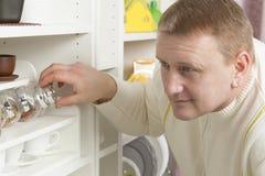 Een mens in de keuken kiest kruiden royalty-vrije stock foto