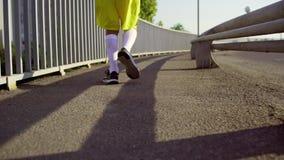 Een mens in de looppas van sportenkleren over de brug in de ochtend stock video