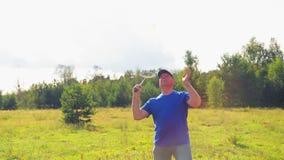 Een mens in de weide geeft de bal wanneer het spelen van badminton stock videobeelden