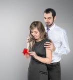 Een mens die aan zijn meisje voorstellen Stock Afbeeldingen