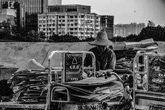 Een mens die afval bij Huangsha-Visserijmarkt verzamelt stock afbeeldingen