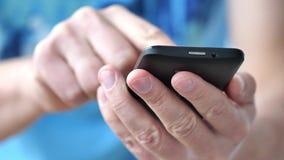 Een mens die apps op een mobiele touchscreen smartphone gebruiken stock footage