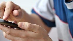 Een mens die apps op een mobiele touchscreen smartphone gebruiken stock videobeelden