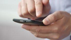 Een mens die apps op een mobiele touchscreen smartphone gebruiken stock video