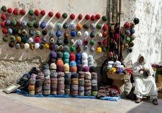 Een mens die beanies in Essaouira, Marokko verkopen Stock Afbeelding