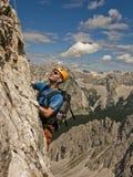 Een mens die in bergen beklimt Stock Afbeelding