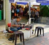 Een mens die in Chinatown, Singapore werken Royalty-vrije Stock Afbeelding