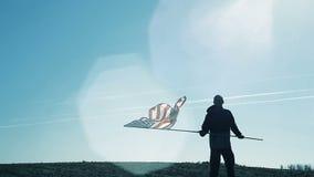 Een mens die de Amerikaanse vlag golven stock videobeelden