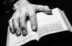 Een mens die de Heilige Bijbel lezen Stock Foto