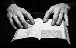 Een mens die de Heilige Bijbel lezen Royalty-vrije Stock Foto
