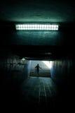 een mens die in de tunnel loopt Royalty-vrije Stock Afbeeldingen