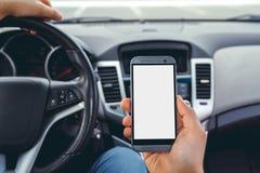 Een mens die een auto met telefoon drijven Stock Fotografie