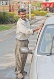 Een mens die een auto wast Royalty-vrije Stock Afbeeldingen