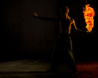 Een mens die een bal van brand houden Royalty-vrije Stock Afbeeldingen