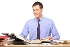 Een mens die een boek leest Royalty-vrije Stock Afbeelding