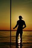 Een mens die een GLB met een pyloon dragen Royalty-vrije Stock Foto's