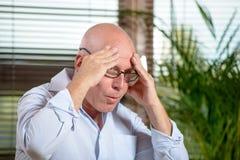 Een mens die een hoofdpijn heeft Stock Foto's