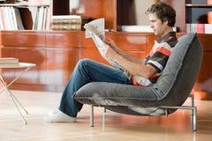 Een mens die een krant lezen Stock Foto