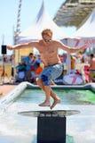 Een mens die in een pool bij Spelen van de Sportenbarcelona van LKXA de Extreme surft Stock Fotografie