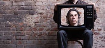 Een mens die een retro televisie houdt royalty-vrije stock foto's