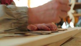 Een mens die houten vliegtuigen boren stock video