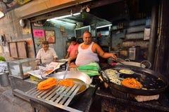 Een mens die Jalebi, een zoete snack in een kant van de wegrestaurant voorbereiden Stock Fotografie