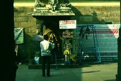 Een mens die Lord Ganesha in een Hindoese Tempel in India bidden Royalty-vrije Stock Afbeeldingen