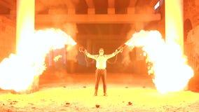 Een mens die met make-upskelet Halloween twee toortsen met een sterke vlam houden stock video