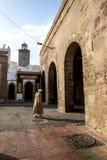 Een mens die naar van de oude stadspoorten lopen in Essaouira in Marokko Royalty-vrije Stock Afbeeldingen