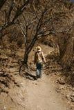 Een mens die omhoog de helling in Mexicaanse woestijn loopt stock afbeeldingen