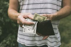Een mens die ons dollars aanbieden royalty-vrije stock afbeeldingen