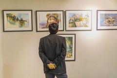 Een Mens die op Art Exhibition in Katmandu letten stock foto