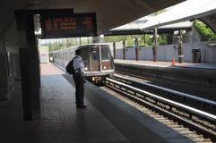 Een mens die op de metro wachten royalty-vrije stock afbeelding
