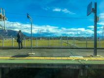Een mens die op de trein op het platform wachten stock fotografie