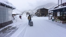 Een mens die op de weg lopen Beeld in een de wintertijd die wordt genomen stock foto
