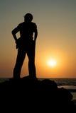 Een mens die op de zonsondergang let Stock Foto's