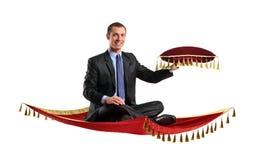 Een mens die op een magisch tapijt vliegt Royalty-vrije Stock Foto
